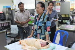 เศร้า! พบทารกในกระเป๋ารูดซิบทิ้งหลัง ม.รังสิต
