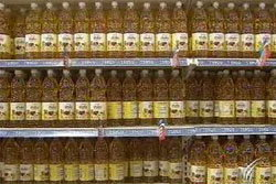 ปชช.แห่ซื้อน้ำมันปาล์ม ห้างยังจำกัดจำนวนซื้อ