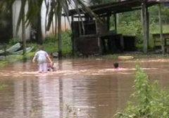 น้ำป่าสุราษฎร์ฯซัดสะพานขาด ปัตตานีริมฝั่งน้ำท่วมเพิ่ม