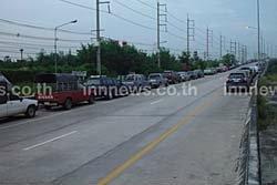 ชาวสามโคกแห่จอดรถบนสะพานแยกสันติสุข