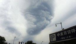 ทึ่ง! ปักกิ่งเมฆก่อตัวเป็นทอร์นาโด