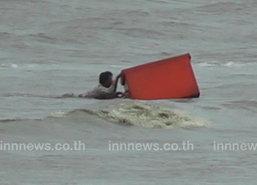 คลื่นซัดเรือประมงอับปาง 5 ชีวิตรอดหวุดหวิด
