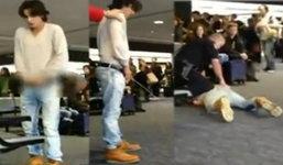 ว่อนเน็ต!! คลิปดาราหนุ่ม ควักของลับฉี่กลางสนามบิน