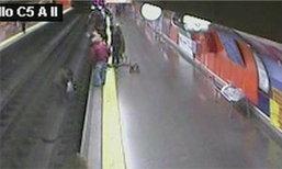 ตร.สเปนกระโดดลงรางรถไฟช่วยสตรีเป็นลม