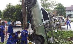 ซิ่งปิกอัพชนเสาไฟฟ้าพาดตั้งฉากเหลือเชื่อ พม่าตาย 1 เจ็บ 1
