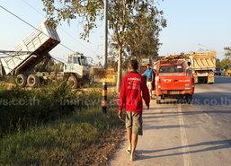 รถดัมพ์เกี่ยวสายไฟทำเสาไฟ-ตอม่อล้ม15ต้น