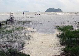 น้ำทะเลหนุนทะลักท่วมชายหาดแหลมสมิหลา