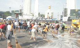 มวลชนช่วยกันทำความสะอาดราชดำเนินเตรียมจัดงาน 5 ธันวาฯ