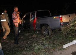 กระบะชนท้ายรถอีแต๊กพุ่งลงคลอง2พ่อลูกจมน้ำดับ