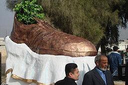 อิรักเปิดอนุสาวรีย์รำลึกเหตุปารองเท้าใส่ บุช