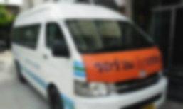 โชเฟอร์รถตู้แน่นหน้าอก สั่งผู้โดยสารย้ายคัน จอดรถนั่งดับ