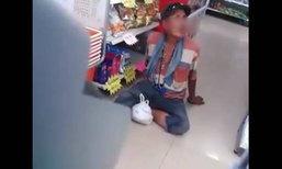 ลุงเมานั่งคุกเข่าขอซื้อเหล้า ชื่นชมพนักงานอธิบายเหตุขายให้ไม่ได้