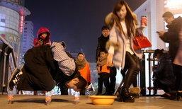 หนุ่มจีนแขนด้วน..ไม่หยุดสู้ ใช้วิชาตัวเบาขอทานบนขวดเปล่า
