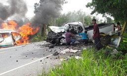 อุบัติเหตุสยอง! รถตู้ประสานงาปิกอัพ ไฟลุกพรึบ 2 ศพ