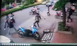 ชาวบ้านหนีตาย แก๊งโจ๋ยกพวกตีกันกลางถนน ปาระเบิดตู้มต้าม!