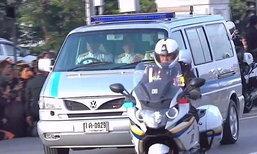 """ยืนยัน! คนขี่รถจยย.นำขบวนเคลื่อนพระศพ ไม่ใช่ """"บิ๊กตู่"""""""