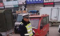มวลชนชื่นชม ตำรวจจราจรจีนแม้ป่วยยังแบกเสาห้อยถุงน้ำเกลือไปทำงาน