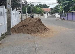 ชาวอุทัยฯวอนจนท.เร่งเคลียร์กองทรายขวางถนน