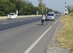 ผู้พิการโรคโปลิโอใช้รถวีลแชร์เดินทางกราบบรมศพ
