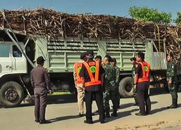 ทหารร่วมทล.พิจิตรจับจริงรถบรรทุกเกินทำถนนพัง