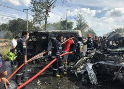 สยอง!รถตู้ซิ่งชนกระบะระยองไฟลุกคลอก25ศพเจ็บ2