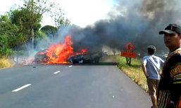 คลิปเหตุการณ์  รถตู้พุ่งชนไฟลุกไหม้ ชาวบ้านเผยเห็นคนบาดเจ็บแต่ช่วยไม่ได้ปล่อยสิ้นใจในกองเพลิง