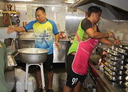 หมู่เรือบรรเทาสาธารณภัยตั้งครัวลอยน้ำช่วยปชช.