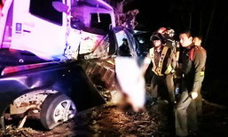 สลด ดับยกครัว! กระบะเสียหลักพุ่งชนรถสิบล้อ สามพ่อแม่ลูกเสียชีวิตคาที่