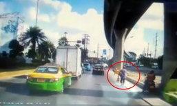 คนขายพวงมาลัยหัวใจหล่อมาก วิ่งเคลียร์ทางให้รถพยาบาล