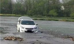 ตร.เข้าช่วยชายขับรถตามระบบบอกเส้นทาง ติดแหง็กกลางแม่น้ำ