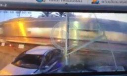 คลิป เก๋งฝ่าไม้กั้นพุ่งชนรถไฟ คนขับกระเด็นออกนอกรถบาดเจ็บ