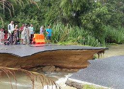 นราฯน้ำซัดถนนพัง-2,400ครัวเรือนถูกตัดขาด