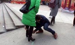 คนตกใจ หนุ่มปรี่เข้ากอดขาคนเดินถนน เช็ดขัดรองเท้าให้