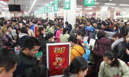 คึกคักชุลมุน! มวลชนชาวจีนนับหมื่นแห่ซื้อของตรุษจีนแน่นห้าง