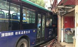 ระทึก! รถเมล์จีนพุ่งชนร้านขายของ เจ็บเกือบ 10 ราย