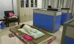 ภรรยาไม่อยู่แถมต้องเข้าเวรกลางคืน คุณพ่อตร.จีนเลยพาลูกสาวนอนพื้นที่โรงพัก