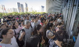 จีนร้อนสุดทน ประชนชนแห่ต่อแถววิ่งแย่งที่นั่งในห้องสมุด