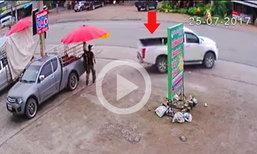 คลิปอุทาหรณ์  จอดรถไม่ใส่เบรกมือ  กระบะไหลข้ามถนนชนรถยนต์เสียหาย