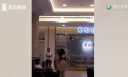 อึ้ง! หญิงจีนถอดเสื้อผ้าล่อนจ้อนกลางห้างฯ ฉุนสามีเก่าอ้างเป็นคนซื้อให้