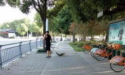 ชาวเน็ตจีนแห่ไลค์! หนุ่มดีกรีป.เอก ไม่อายช่วยพ่อแม่ทำงานกวาดถนน