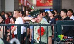 สุดกลั้น! ทหารน้ำตาไหล โบกมืออำลาเพื่อนทหารที่สถานีรถไฟ