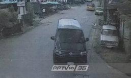 """พบรถนายตำรวจคนสนิท """"ทักษิณ"""" เข้าบ้านยิ่งลักษณ์ ช่วงเช้า 24 ส.ค."""