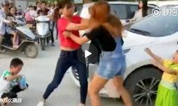 สองแม่จีนตบแย่งที่จอดรถกันหน้าโรงเรียน ลูกร้องไห้จ้าเข้าห้าม