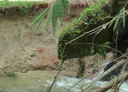 ฝนถล่มระนองน้ำไหลบ่าเชี่ยวเซาะคอสะพานเกือบขาด