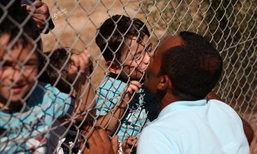 ภาพสะเทือนใจ! พ่อชาวซีเรียคุกเข่าจูบลูกน้อยผ่านรั้วค่ายผู้อพยพ