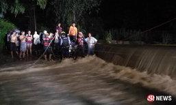 เสี่ยขับปิกอัพฝ่าฝายน้ำเชี่ยว ถูกซัดรถปลิว ปีนหนีแทบไม่ทัน