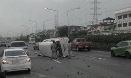 กระบะชน 6 ล้อ ก่อนข้ามเลนชนรถตู้ชลบุรี ตาย 1 เจ็บ 10