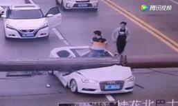 สุดหวาดเสียว! หนุ่มจีนหวิดดับ เครนยักษ์ล้มทับเก๋งกลางถนน