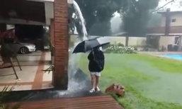 แม่ช็อก! ลูกกางร่มเล่นน้ำฝนเจอฟ้าผ่าเปรี้ยง เดชะบุญดวงแข็ง