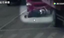 หวาดเสียว! รถบรรทุกชนจยย. ลุงพลิกตัวหลบรอดหวุดหวิด